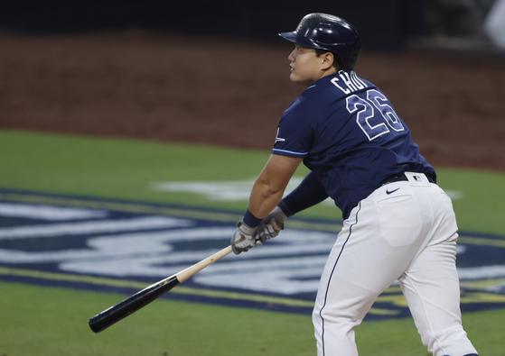 디비전시리즈 1차전에서 역전 투런 홈런을 친 뒤 타구를 바라보는 최지만. [EPA=연합뉴스]
