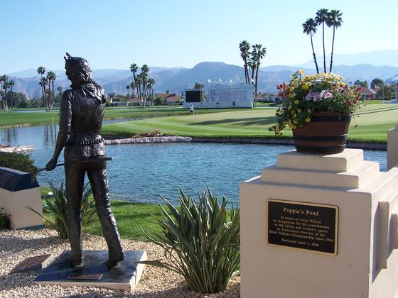 ANA 인스퍼레이션이 열리는 미국 캘리포니아 주 팜스프링스 미션 힐스 골프장에 있는 다니아 쇼어의 동상. 이 곳에서 같은 기간에 '더 다이나'라는 이름의 레즈비언 축제가 열린다. 성호준 기자.