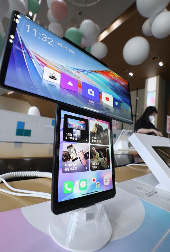 LG 윙은 6.8인치와 3.9인치의 두 개의 디스플레이를 통해 기존 스마트폰보다 효율적인 멀티태스킹을 즐길 수 있다. [뉴스1]