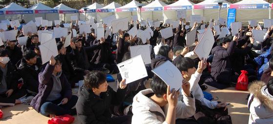 지난해 11월 26일 서울 용산구 민주인권기념관(옛 남영동 대공분실)에서 민주화운동기념사업회가 주최한 청소년 퀴즈대회에 참가한 고등학교 학생들이 문제를 푸는 모습. [뉴스1]