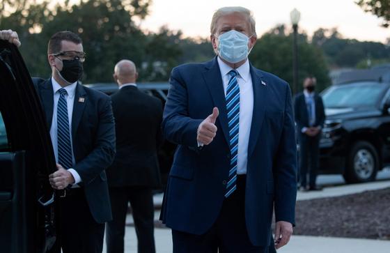 월터 리드 군 병원에서 신종 코로나바이러스 감염증(코로나19) 치료를 받고 백악관으로 돌아오는 도널드 트럼프 미국 대통령이 엄지를 들어보이며 자신의 건재를 과시하고 있다. [AFP=연합뉴스]