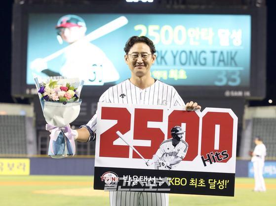 프로야구 LG와 삼성의 경기가 6일 오후 서울 잠실야구장에서 열렸다. LG 박용택이 9회 말 구본혁 대타로 나와 우월 2루타를 날려 개인통산 2500안타를 기록했다. 잠실=정시종 기자