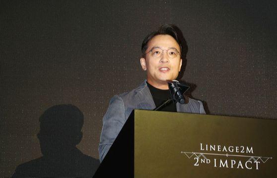 김택진 엔씨소프트 대표가 지난해 9월 서울 강남구 라움아트센터에서 열린 신작 모바일 게임 '리니지2M'의 미디어 쇼케이스 '에서 발표를 하고 있다. [연합뉴스]