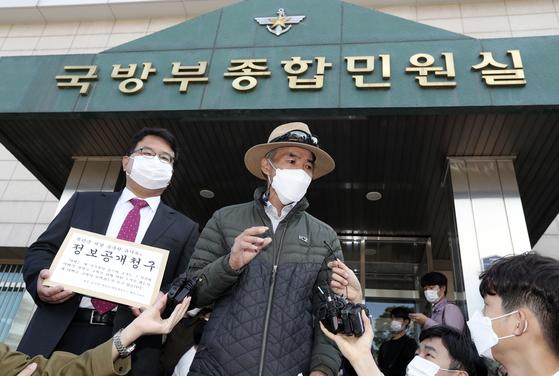 북한군 피격으로 숨진 공무원 이모씨의 형 이래진 씨가 김기윤 변호사와 함께 6일 오후 국방부에 정보공개청구서를 접수하기 전 서울 용산 국방부 민원실 앞에서 기자들의 질문에 답하고 있다. 김성룡 기자