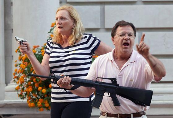 지난 6월 28일 마크 맥클로스키와 그의 아내 퍼트리샤가 인종차별 반대 시위대를 향해 총을 겨누고 있다. [연합뉴스]