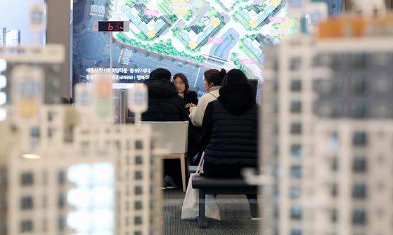 신혼희망타운 견본주택을 찾은 입주 희망자들이 상담 받는 모습. 뉴스1.