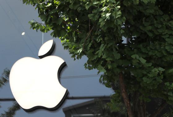 이동통신 3사에 대한 '갑질' 행위로 공정거래위원회 조사를 받아온 애플코리아는 지난 8월1000억원 규모의 상생지원금을 내놓겠다고 밝혔다. 사진은 서울 신사동 가로수길 애플 매장의 모습. 뉴스1.