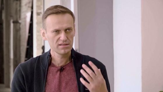 러시아의 야권 운동가 알렉세이 나발니가 지난 6일 러시아 유명 블로거 유리 더드와 유튜브 인터뷰를 하고 있다. [로이터=연합뉴스]