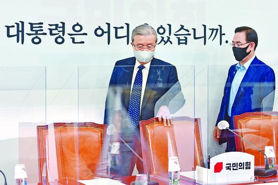 국민의힘 김종인 비상대책위원장(왼쪽)과 주호영 원내대표가 지난달 28일 국회서 열린 비상대책회의에 참석하고 있다. 오종택 기자