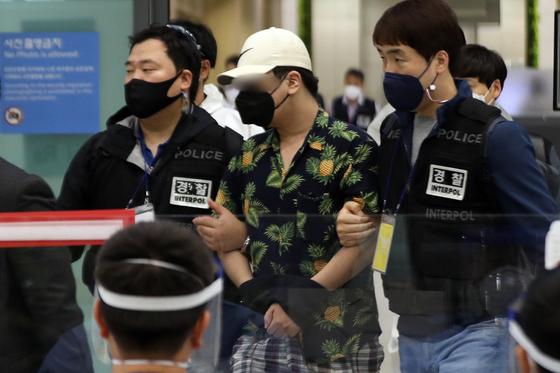 '디지털 교도소' 1기 운영자 A씨가 6일 오전 인천국제공항을 통해 입국하고 있다. 뉴스1
