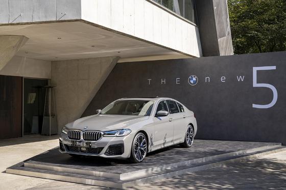 BMW그룹코리아가 대표 세단 5시리즈의 부분변경 모델을 내놨다. 연말 수입차 시장의 경쟁은 더욱 치열해질 전망이다. 사진 BMW그룹코리아