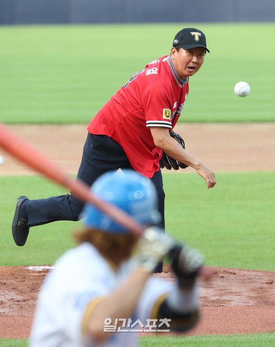 선동열 전 야구국가대표팀 감독이 지난 7월 열린 KIA와 삼성의 경기에서 시구하고 있다. IS포토