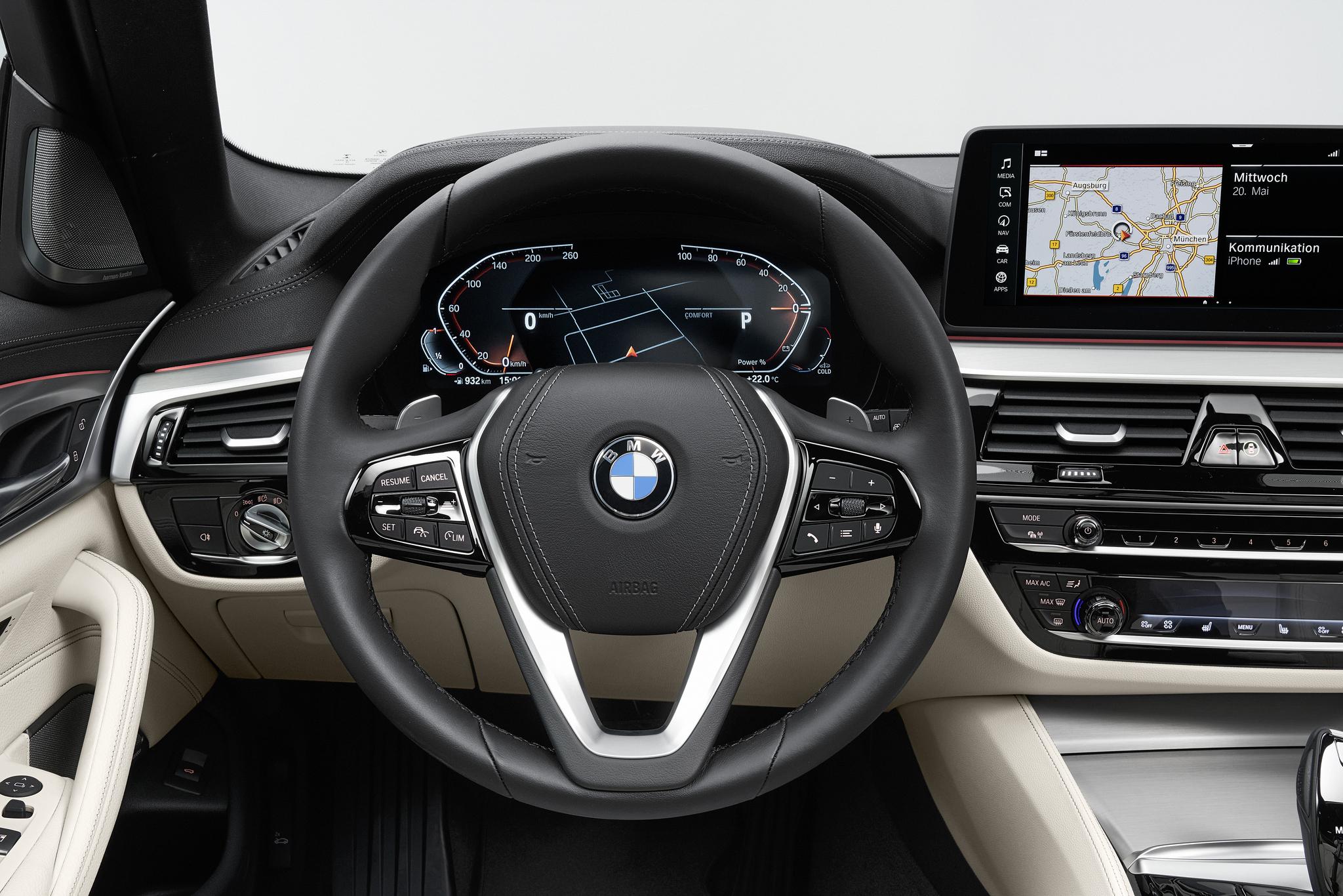 5시리즈 부분변경 모델의 스티어링휠은 버튼 배열이 조금 바뀌었다. 액티브크루즈컨트롤과 조향보조 기능이 하나로 합쳐졌고 앞차와의 거리를 조절하는 버튼이 두개로 나뉘었다. 사진 BMW그룹코리아