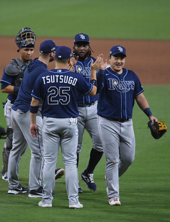최지만(오른쪽)과 탬파베이 선수들이 8일 뉴욕 양키스와 ALDS 3차전에서 승리한 뒤 하이파이브를 하고 있다. [USA투데이=연합뉴스]