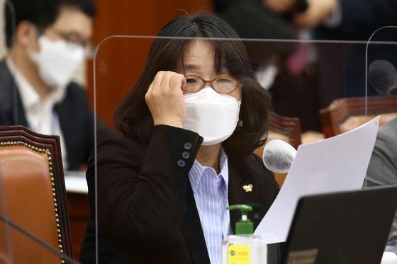 윤미향 더불어민주당 의원이 7일 국회 환경노동위원회 전체회의실에서 열린 환경부 국정감사에서 질의하고 있다. 오종택 기자