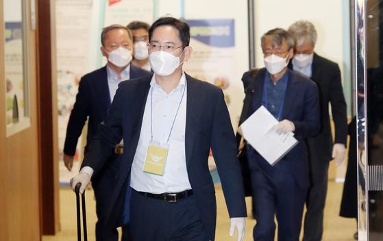 이재용 부회장이 지난 5월 19일 중국 출장을 마치고 김포공항을 통해 귀국하고 있다. 연합뉴스