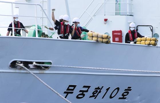 지난달 27일 전남 목포시 어업관리선 전용부두에 입항한 무궁화10호에서 선원이 정리 작업을 하고 있다. 프리랜서 장정필