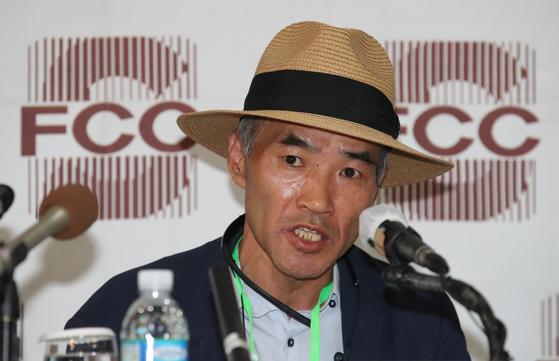 북한 피격 사망 공무원 이모씨의 형 이래진씨가 지난달 29일 오후 서울 중구 한국프레스센터에서 외신기자들을 상대로 기자회견을 하고 있다. 김상선 기자