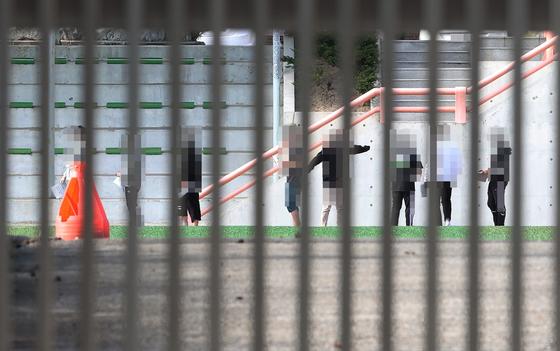 7일 오후 서울 노원구 대진고등학교 운동장에 설치된 선별진료소에서 신종 코로나바이러스 감염증(코로나19) 검사를 받기 위해 학생들이 줄서 있다. 연합뉴스