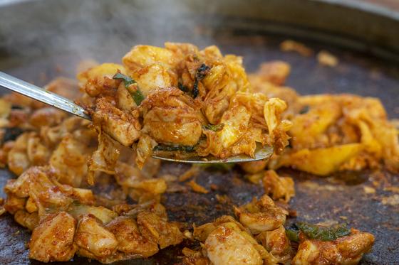 춘천이 자랑하는 대표 먹거리 닭갈비. 남녀노소 부담없이 즐기기 좋은 국민 외식 메뉴기도 하다.