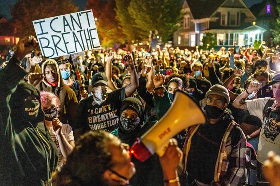 7일(현지시간) 미국 미네소타주 미니애폴리스에서 열린 시위 현장 모습.AFP=연합뉴스