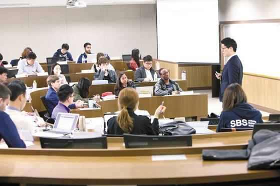 서강대학교 경영전문대학원은 'Hybrid MBA'로 개편, 평일 저녁이나 주말에 온라인 강의를 통해 과정 선택의 폭을 넓혔다. [사진 서강대학교]