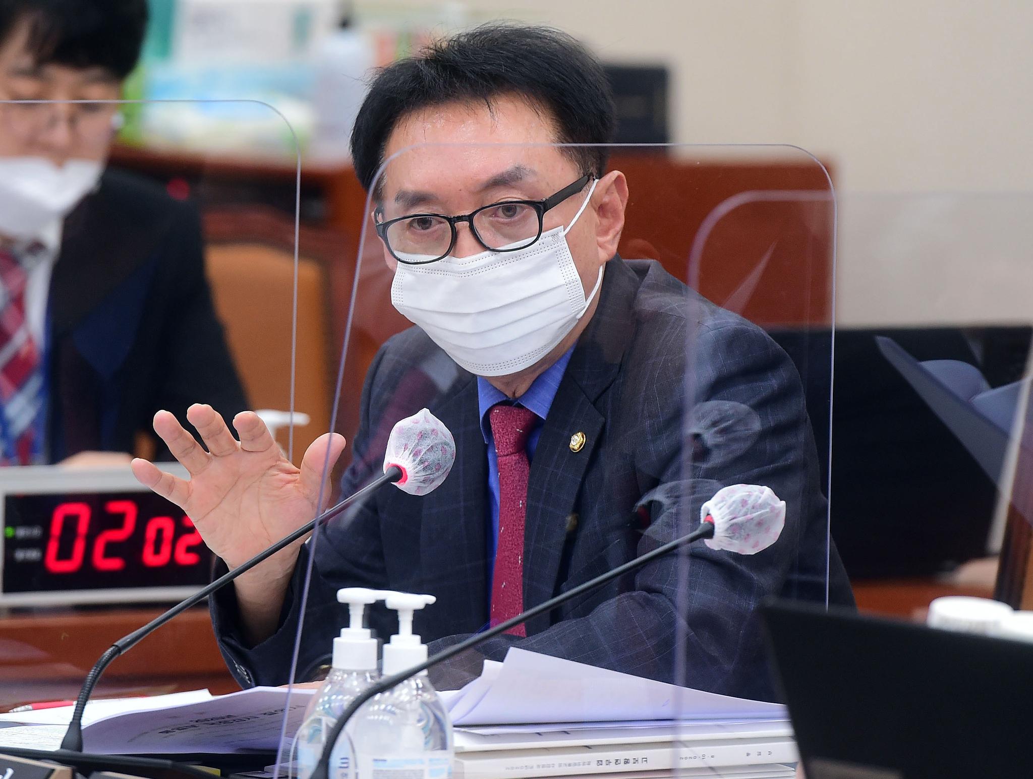 김석기 국민의당 의원이 8일 서울 여의도 국회에서 열린 외교통일위원회의 통일부 등에 대한 국정감사에서 질의를 하고 있다. 뉴시스