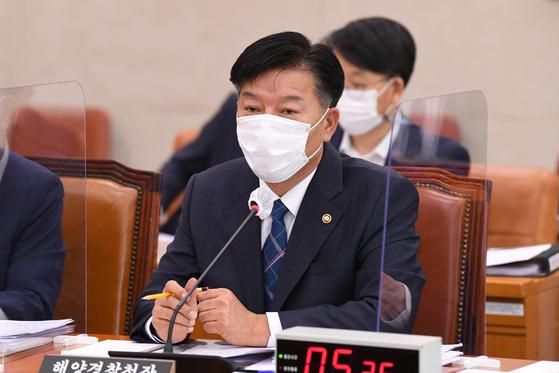 김홍희 해양경찰청장이 8일 국회에서 열린 농림축산식품해양수산위원회의 해양수산부에 대한 국정감사에서 의원들의 질의에 답변하고 있다. 오종택 기자