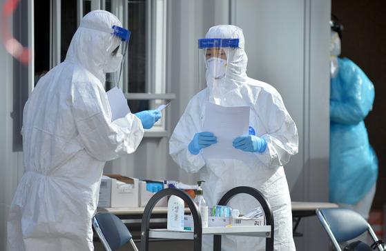 코로나19 선별진료소에서 의료진들이 학생과 시민들을 검사하기위해 분주히 움직이고 있다. 프리랜서 김성태