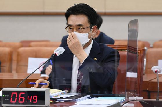 이강섭 법제처장이 8일 국회 법제사법위원회에서 열린 법제처에 대한 국정감사에서 의원들의 질의를 듣고 있다. [뉴스1]