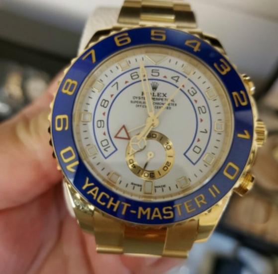 '시계를 분실했습니다' 제목의 글에 첨부된 사진. A씨는 자신이 이 시계를 괴산휴게소(여주방향)에서 분실했다고 밝히며 사례금 3000만원을 주겠다는 글을 올렸다. [커뮤니티 캡처]