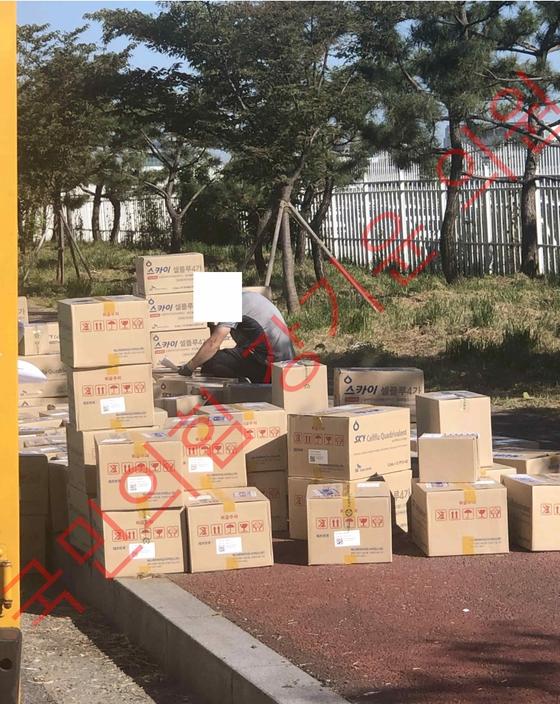 강기윤 국민의힘 의원은 7일 국회에서 열린 국정감사에서 배송 과정에서 상온 노출된 것으로 의심받는 독감백신의 운송 과정 사진도 공개했다. 사진을 보면 여러 개의 종이 박스가 보도블록 등 도로 위에 그대로 노출돼 있다. 제공 강기윤 의원실