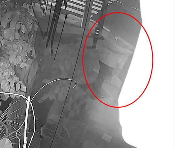 지난 6월 1일 오후 11시 21분쯤 부산 부산진구 양정동 한 인도 횡단보도에서 여성의 어깨에 손을 올린 혐의를 받고 있는 부산지검 전 부장검사. 연합뉴스
