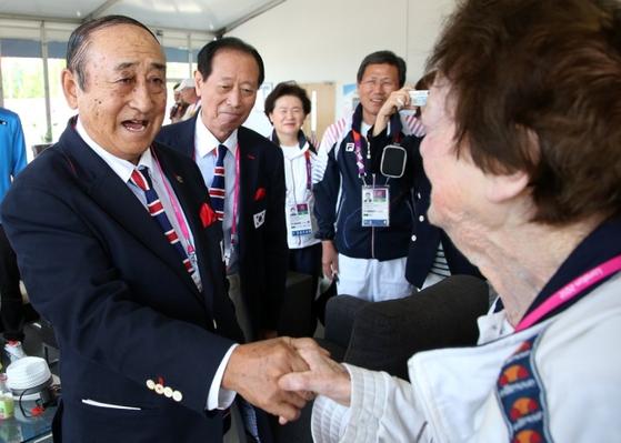 2012년 런던올림픽 때 1948년 런던올림픽 당시 한국선수단의 물리치료를 도왔던 영국인 여성 자원봉사자 주디스 파월씨를 만난 최윤칠 고문(왼쪽). [연합뉴스]
