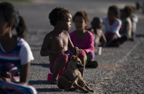 남아프리카공화국에서 구호단체의 식사 배급을 기다리는 어린이. EPA=연합뉴스