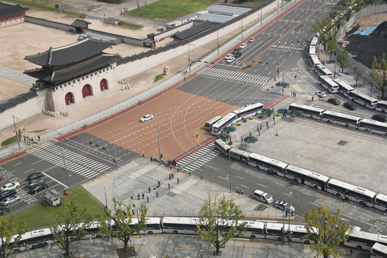 개천절인 지난 3일 오전 돌발적인 집회·시위 등을 차단하기 차량이 벽을 이루고 있다. 연합뉴스