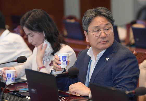 강기정 전 청와대 정무수석이 지난 8월 10일 오후 청와대에서 열린 수석 보좌관 회의에 참석해 물을 마시고 있다. [청와대사진기자단]