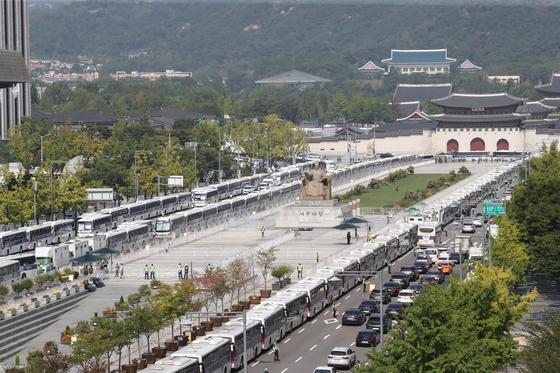 보수단체가 개천절 집회를 예고한 3일 서울 종로구 광화문 광장 일대가 펜스와 차벽으로 둘러 쌓여있다. 경찰은 보수단체가 신고한 차량을 이용한 '차량시위'(드라이브 스루)를 대부분 금지 통고하고 행정법원이 허가한 강동구 일대 9대 이하 차량시위만 허용했다. [뉴스1]
