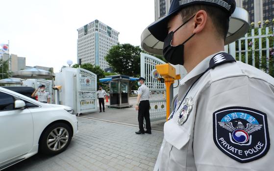 지난 7월 30일 오후 정부서울청사 정문에서 청원경찰들이 근무를 서고 있다. 사진은 기사 본문과 관련이 없다. 연합뉴스