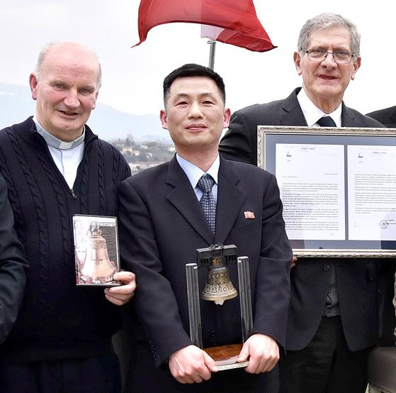 2018년 11월 부인과 함께 공관을 이탈해 잠적한 것으로 알려진 조성길(오른쪽에서 두번째) 이탈리아 주재 북한 대사대리. [연합뉴스]