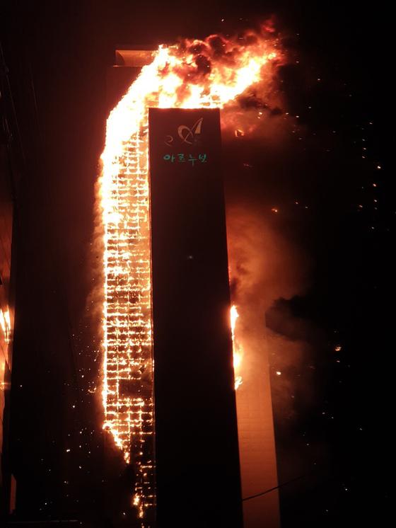 8일 오후 11시 7분쯤 울산시 남구 신정동의 한 주상복합아파트에서 화재가 발생해 불길이 번지고 있다. 뉴시스