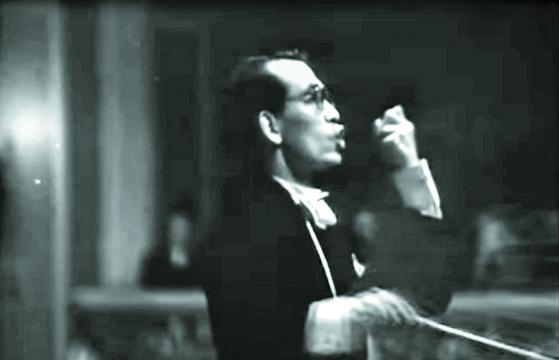 애국가 작곡가인 안익태가 1942년 9월 나치 치하의 독일 베를린 필하모닉 홀에서 만주국 건국 10주년 기념음악회를 지휘하는 장면. [중앙포토]