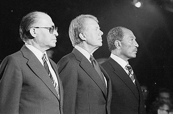 1978년 백악관에 모인 메나헴 배긴 이스라엘 총리, 지미 카터 미국 대통령, 그리고 안와르 사다트 이집트 대통령(왼쪽부터).사진=위키피디아