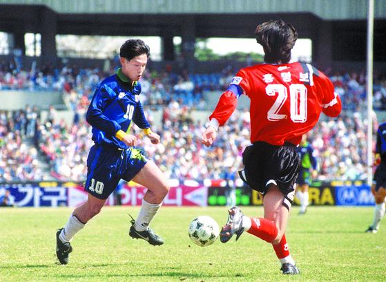 1996년 평가전에서 A팀 홍명보를 상대로 돌파하는 올림픽팀 최용수. [사진 대한축구협회]