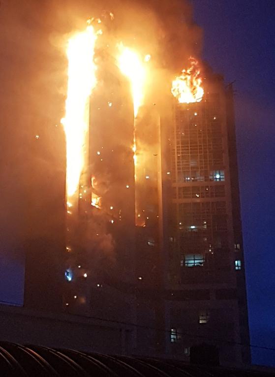 울산 남구 달동 삼환아르누보 주상복합아파트에서 8일 오후 11시 7분께 대형 화재가 발생한 가운데 9일 오전 6시께 강풍으로 불길이 다시 번지고 있다. 뉴스1
