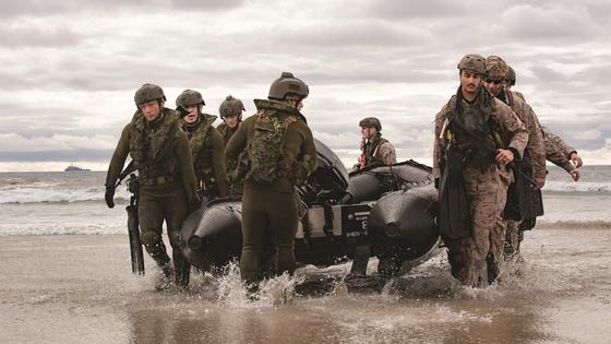 미국 해병대(오른쪽)과 일본 육상자위대 수륙기동단이 고무보트(IBS)를 들고 해안에 상륙하고 있다. [미 혀뱅대]