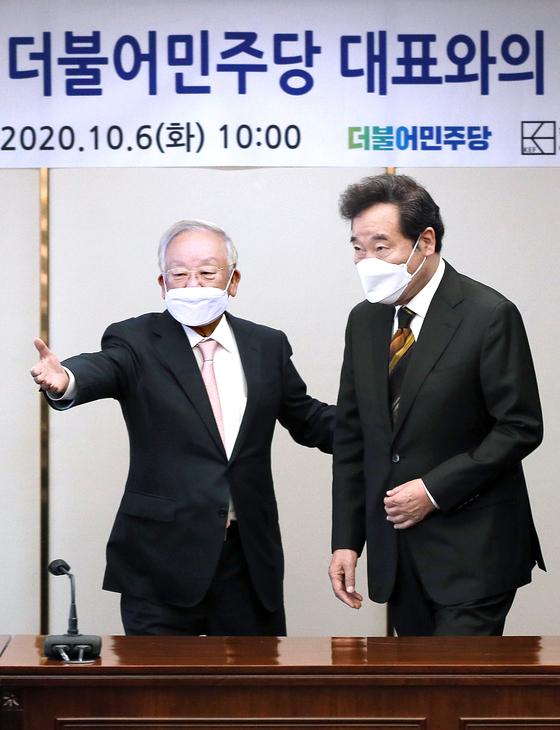 이낙연 더불어민주당 대표가 6일 오전 서울 마포구 백범로 한국경영자총협회에서 열린 경총과의 간담회에서 손경식 경총회장의 안내를 받고 있다. 오종택 기자
