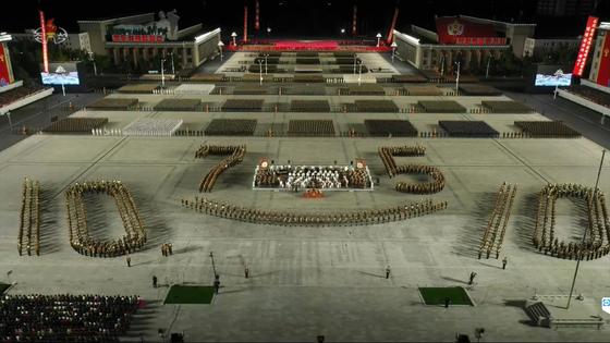 북한이 10일 노동당 창건 75주년을 맞아 열병식을 열었다. 당 창건 기념일인 10월 10일과 75주년을 상징하는 모양으로 북한군이 광장에 사열해 있다. [연합뉴스]