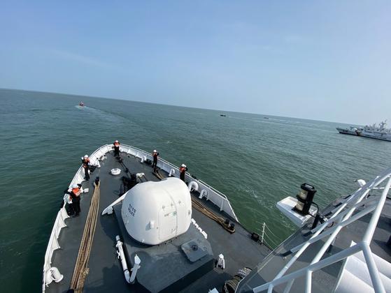 해양경찰 대원들이 3일 인천시 중구 연평도 해역에서 북한에 의해 피격돼 사망한 해양수산부 공무원 이모씨 시신 수색을 하고 있다. [뉴스1]