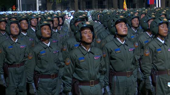 북한이 10일 노동당 창건 75주년을 맞아 열병식을 열었다고 보도한 조선중앙TV 화면. 연합뉴스